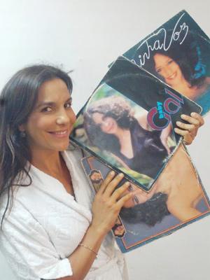 APOIO Ivete segura os discos Minha voz, Baby Gal e Fantasia Foto: Samuel de Assis